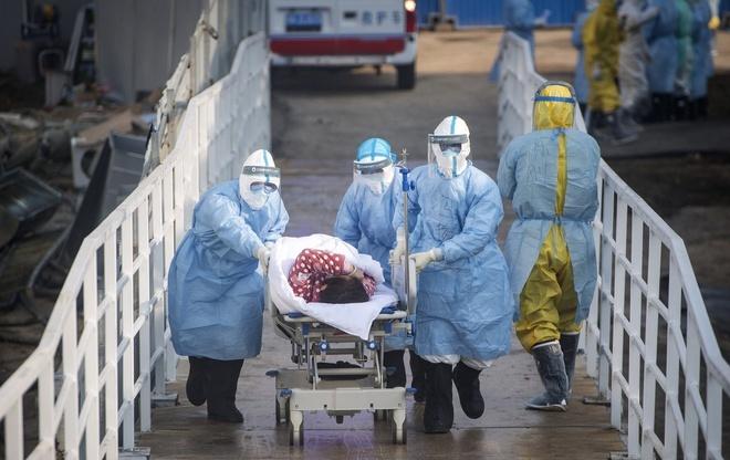 Nhân viên y tếchuyển bệnh nhân nhiễm nCoVvào bệnh viện dã chiến Hỏa Thần Sơn ở Vũ Hán, Hồ Bắc, Trung Quốc. Ảnh: AP.