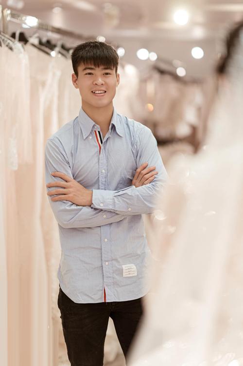 Khi Mạnh gặp tôi để đặt thiết kế váy cho Quỳnh Anh là còn đúc một tháng. Lúc đó, Mạnh muốn đặt môth chiếc váy dòng cao cấp nhất. Trong suốt một tháng đó, chúng tôi đã làm việc rất tập trung, có khi xuyên ngày đêm vì váy có nhiều công đoạn thủ công, đòi hỏi sự tỉ mỉ và chính xác đến từng chi tiết, NTK Phương Linh chia thêm.