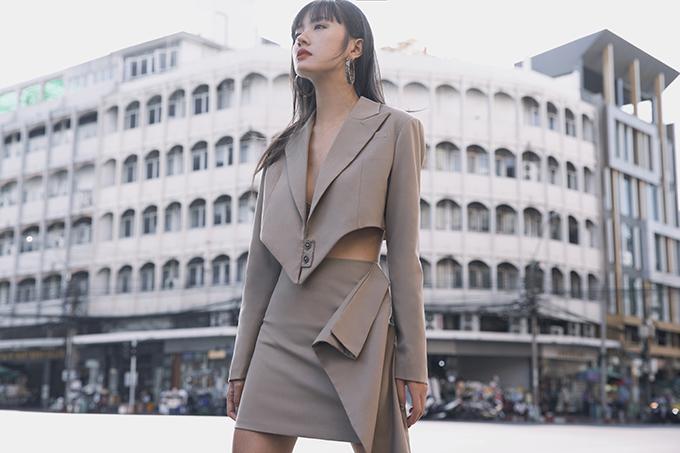 Trong bộ ảnh thực hiện tại Thái Lan, Thanh Vy mang đến nhiều gợi ý trong cách chọn trang phục street style phù hợp với xu hướng thời trang xuân hè 2020.