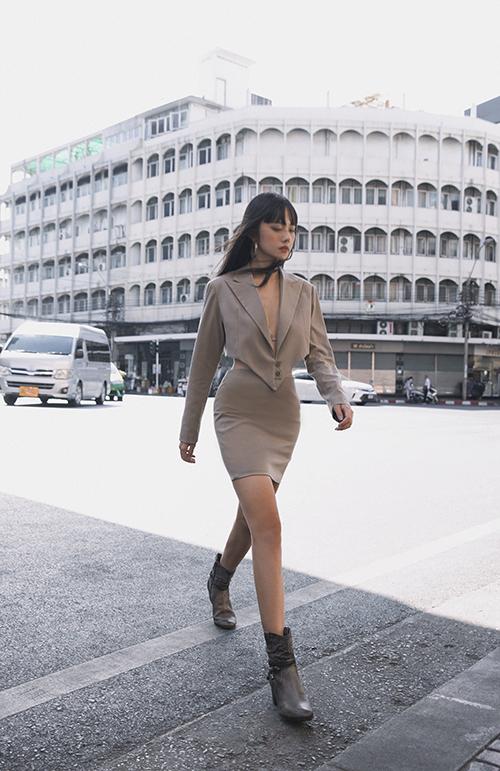 Các kiểu váy áo phom dáng hiện đại, draping khéo léo giúp người mặc tôn ưu điểm hình thể và cuốn hút hơn khi xuống phố.