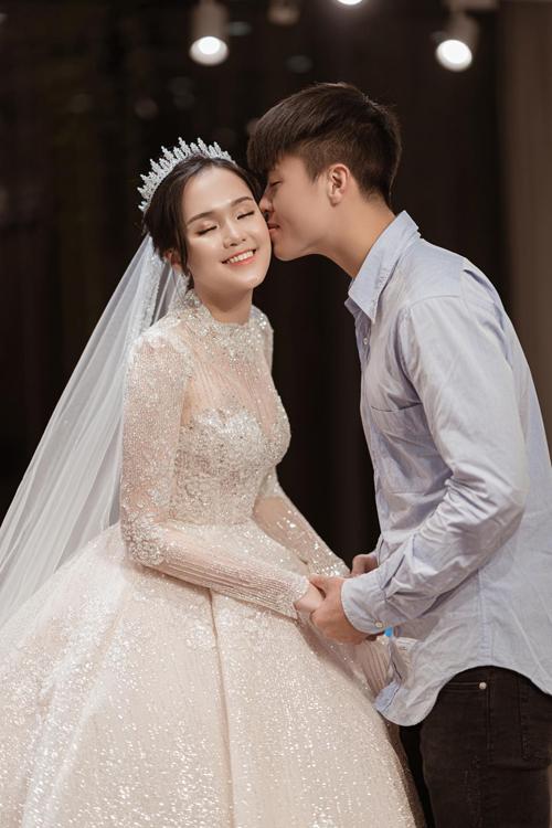 Vương miện và khăn voan dài (train veil) đượclựa chọn, xử lý thêm các chi tiết để phù hợp với phong cách thời trang yêu thích của cô dâu cũng như không gian nơi diễn ra tiệc cưới.