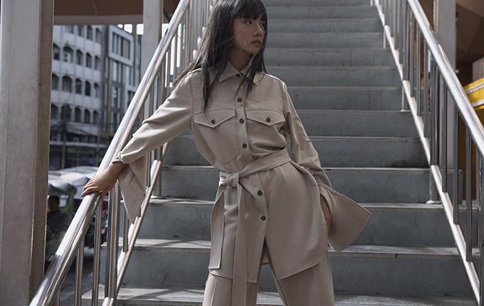 Thanh Vy chọn nhiều kiểu váy áo, sơ mi, quần suông để mix-match một cách linh hoạt và tạo nên các set đồ đúng khuynh hướng.