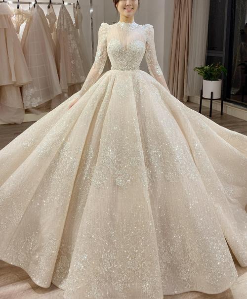 Mặc chiếc váy bồng bềnh chuẩn phong cách công chúa yêu thích, Quỳnh Anh bảo đó là chiếc váy trong mơ... chiếc váy đẹp nhất, có ý nghĩa nhất cuộc đời mình.