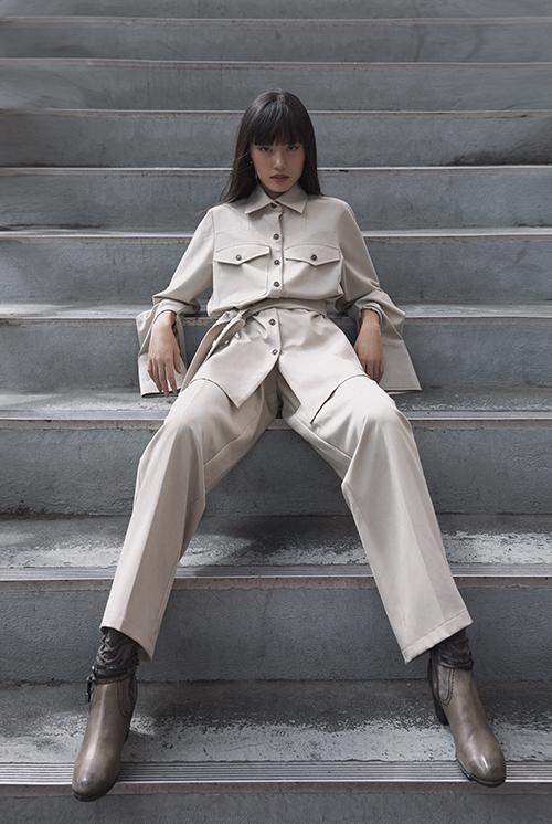 Suit cho nàng thích màu đơn sắc, phong cách trang nhã nhưng không kém phần cá tính. Áo sơ mi dáng rộng được bố trí túi hộp phối cùng quần tiệp màu.
