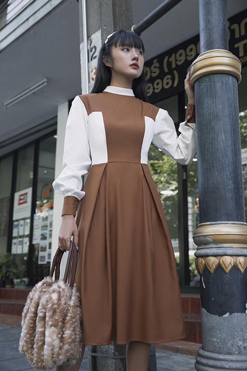 Bên cạnh các mẫu suit thanh lịch, váy bất đối xứng sành điệu, Thanh Vy còn chọn thêm những kiểu đầm mang hơi hướng cổ điển.