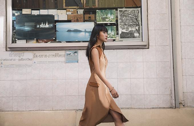 Màu đơn sắc được phối hợp cùng nhau để đem đến các kiểu váy tôn dáng và đễ sử dụng ở nhiều bối cảnh khác nhau.