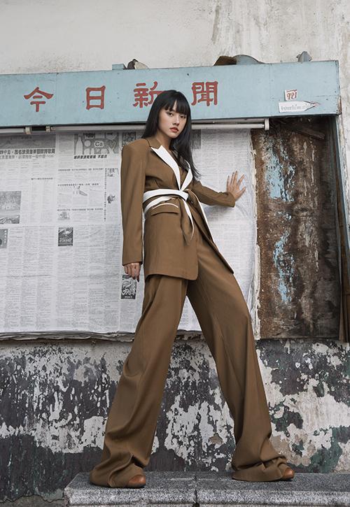 Nếu các nàng muốn hack chiều cao thì quần suông ống rộng cùng blazer là một lựa chọn hoàn hảo. Áo vest dáng rộng còn được bố trí đai lưng, nhấn nhá tông trắng trên sắc nâu cuốn hút.