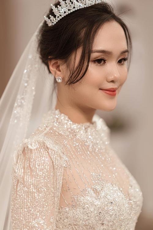Hình ảnh mà NTK Phương Linh hướng tới cho Quỳnh Anh là một nàng công chúa nhẹ nhàng, trong sáng, tôn vinh nét đẹp Á đông vốn có của cô dâu.