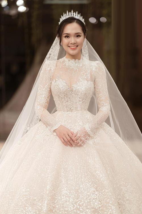 Thân váy đính hàng ngày viên pha lê để đảm bảo tối đa khả năng bắt sáng, giúp cô dâu trở nên lộng lẫy trên lễ đường.