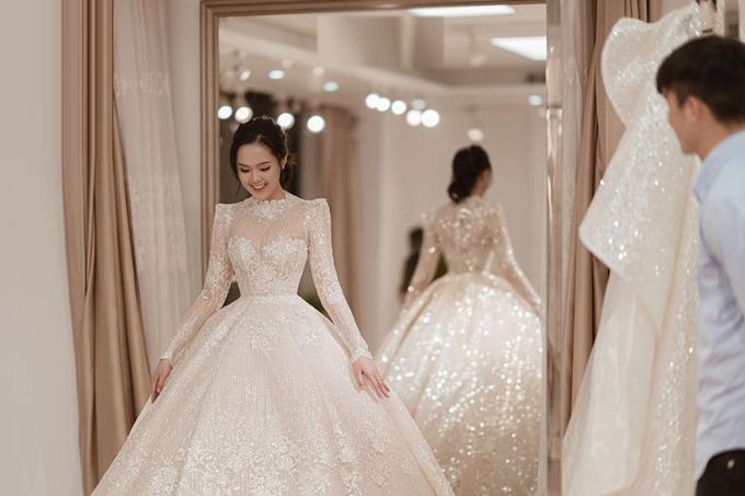 Cũng như mọi lần, Duy Mạnh đã đồng hành cùng Quỳnh Anh trong buổi thử váy, phụ kiện và layout make up cuối cùng. Cả hai đã chờ đợi sự kiện trọng đại này suốt 5 năm gắn bó bên nhau nên không muốn có bất kỳ sơ suất nào xảy ra.