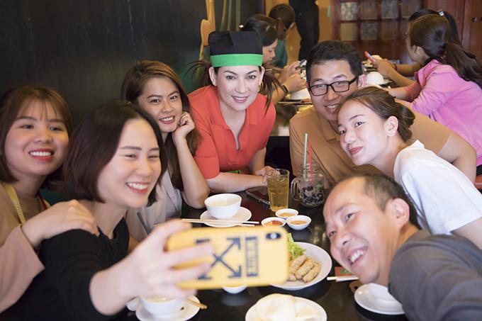 Nhiều vị khách rất bất ngờ khi thấy Phi Nhung phục vụ ở quán ăn chay. Nữ ca sĩ cho biết, cô nghỉ show ba ngày để phụ nhân viên và các con nuôi dịp này.