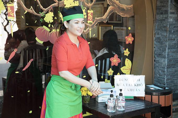 Khai trương cửa hàng vào đúng mùa dịch bệnh viêm phổi do nCoV đang diễn biến phức tạp, ca sĩ Phi Nhung chuẩn bị sẵn dung dịch diệt khuẩn và khẩu trang để rước cửa.