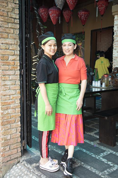 Một người con nuôi khác của Phi Nhung là ca sĩ nhí Tuyết Nhung đảm nhận phần đón khách.