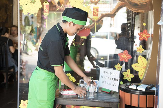 Ca sĩ nhí Hồ Văn Cường, con nuôi của Phi Nhung, cũng có mặt để phụ giúp cô trong ngày khai trương.