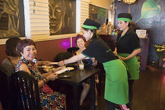 Với những khách hàng đến ủng hộ mình trong ngày khai xuân, nữ ca sĩ dành tặng mọi người những chiếc khẩu trang y tế thay cho tiền lì xì.