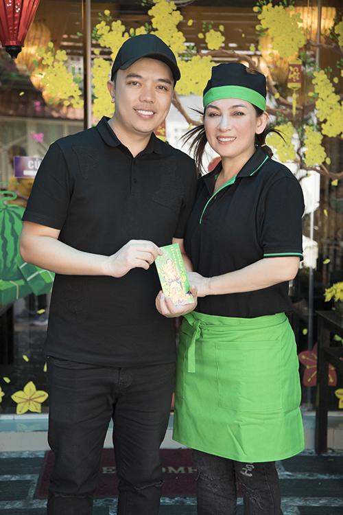 Stylist Tân Đà Lạt cũng có mặt để chúc mừng Phi Nhung. Cả hai là chị em thân thiết nhiều năm nay. Anh cũng chính là người đứng đằng sau chăm chút cho phần hình ảnh của ca sĩ Phi Nhung mỗi khi cô đi biểu diễn hoặc chụp hình.