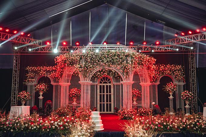 Ekip sử dụng khung sắt mỹ thuật để tái hiện khung cảnh toà lâu đài cổ tích trong đám cưới.
