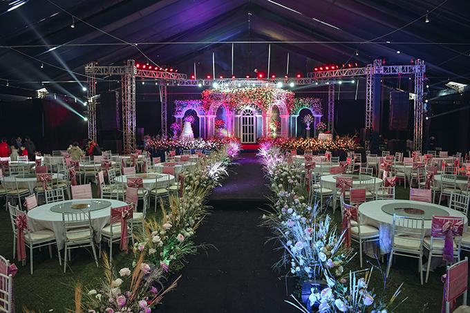 Bàn tròn, ghế Chiavari là lựa chọn của cặp 9X cho không gian cưới. Tông tiệc mang sắc trắng, hồng pastel là hai màu mà Quỳnh Anh yêu thích.