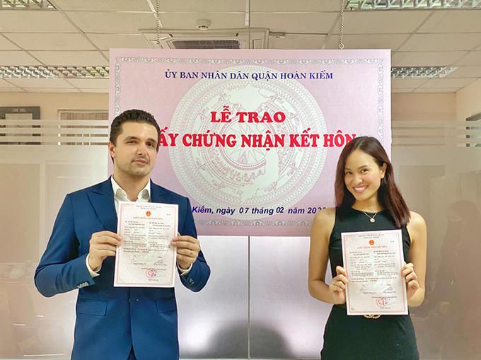 Lễ trao giấy chứng nhận kết hôn của Phương Mai và Marcin được diễn ra trang trọng trước sự chứng kiến của các cán bộ tư pháp và người thân.