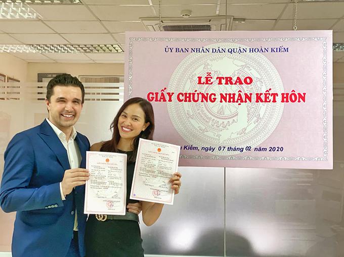 Chia sẻ với Ngoisao.net, Phương Mai cho biết, cô và ông xã bay ra Hà Nội từ sáng 7/2 để làm thủ tục đăng ký kết hôn và lập tứctrở về Sài Gòn chiều cùng ngày vì không muốn để con trai ở một mình quá lâu. Trong lúc vợ chồng Phương Mai vắng nhà, em bé được một người vú trông nom.
