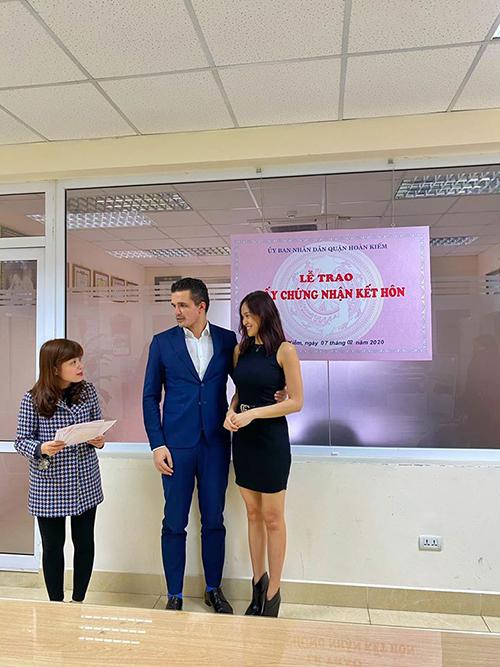 Khi hoàn thiện các giấy tờ,Phương Mai và Marcin cởi khẩu trang để nghe cán bộ tư pháp tuyên bố hai người là vợ chồng.Ông xã của Phương Mai tên Marcin, sinh năm 1985, là người Ba Lan. Anh làm việc trong ngành tư vấn tài chính và sống ở Việt Nam hơn5 năm.