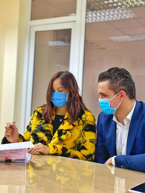 Ngày 7/2, Phương Mai cùng ông xã Marcin có mặt tại UBND Quận Hoàn Kiếm để làm tủ tục đăng ký kết hôn.