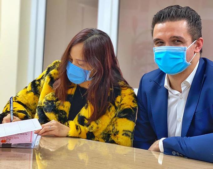 Đến nơi công cộng trong thời điểm dịch viêm phổi do chủng mới của virus corona gây ra (nCoV), cặp đôi đeo khẩu trang kín mít.