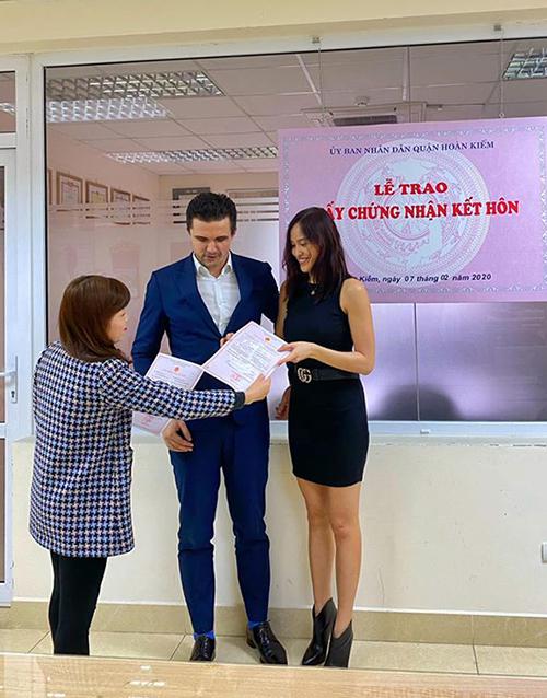 Cặp đôi nhận giấy chứng nhậnkết hôn sau khi kết thúc các thủ tục. Họ yêu nhau một năm trước khi tổ chức hôn lễ hồi tháng 6/2019.