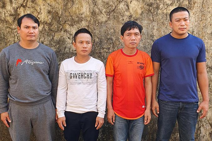 Bốn trong năm người đánh bạc tại công an huyện Lệ Thuỷ. Ảnh: Văn Tài