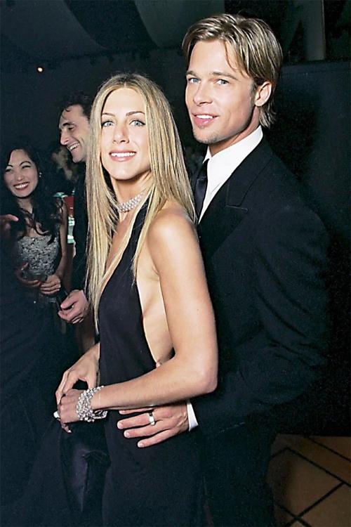 Brad Pitt ôm eo Jennifer Aniston tới buổi tiệc Oscar, tháng 3/2000. Thời điểm này, họ là một trong những cặp sao hot nhất Hollywood và đang chuẩn bị làm đám cưới. Tháng 11 năm đó, Brad và Jennifer kết hôn trong lễ cưới xa hoa ở Los Angeles. Cả hai đều không thể ngờ cuộc hôn nhân của họ kết thúc 5 năm sau đó.
