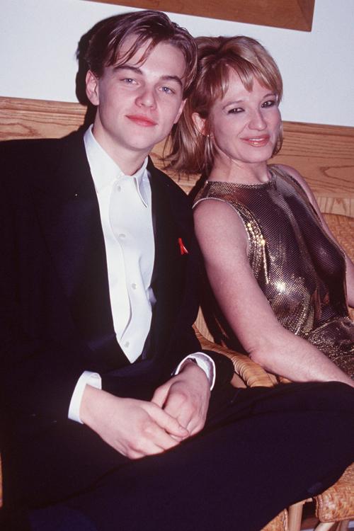 Leonardo DiCaprio thời đó vẫn là chàng trai trẻ lãng tử ở tuổi 26. Anh dự tiệc Oscar cùng nữ diễn viên Ellen Barkin.