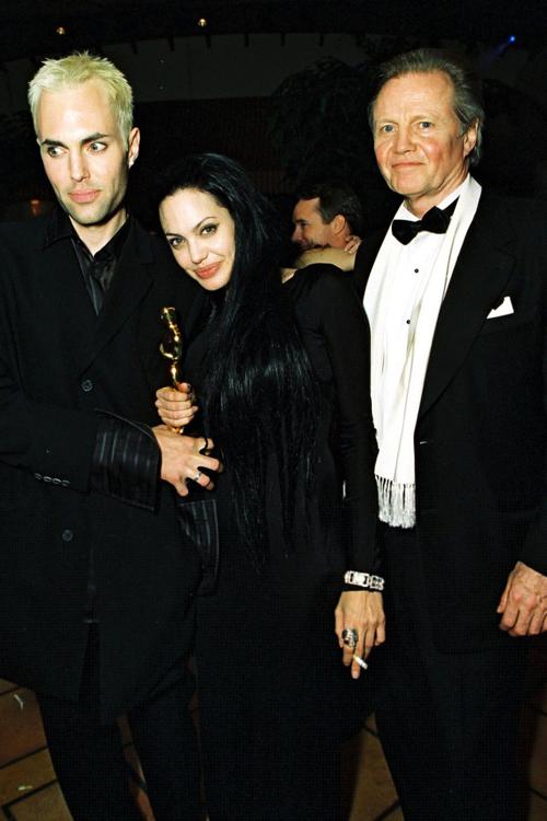 Angelina Jolie 20 năm trước là một cô nàng độc thân cá tính. Nữ diễn viên tham dự Oscar với anh trai và bố - nam diễn viên Jon Voight. Tại đây, Jolie gây tai tiếng với nụ hôn lên môi anh trai. Tuy nhiên, Oscar 2000 cũng là sự kiện đáng nhớ trong cuộc đời cô khi nữ diễn viên nhận tượng vàng với vai diễn trong phim Girl, Interrupted.