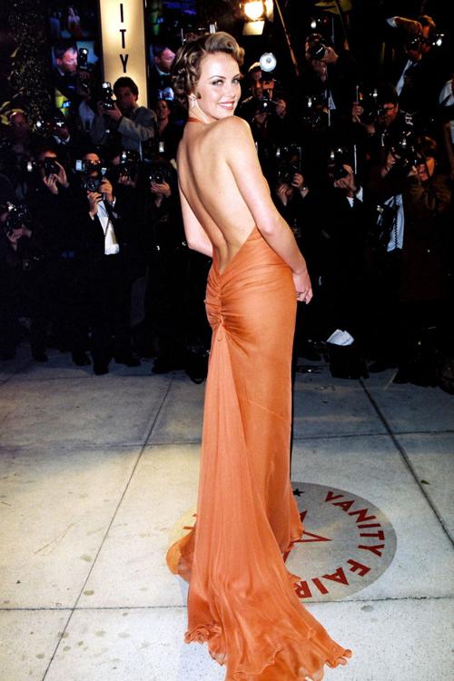 Charlize Theron khoe lưng trần táo bạo khi đến dự tiệc sau lễ trao giải. Bộ phim The Cider House Rules của Charlize nhận được tới 7 đề cử Oscar năm 2000 và chiến thắng ở hai hạng mục.