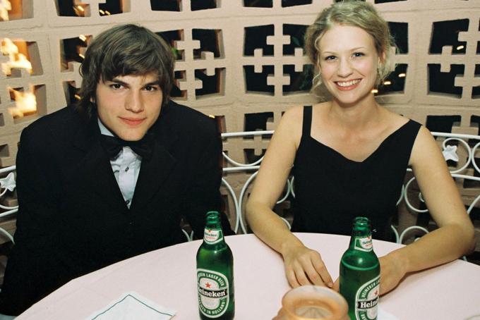 Tài tử Ashton Kutcher dự tiệc Oscar cùng cô bạn gái thời đó là nữ diễn viên January Jones. Không lâu sau đó, Ashton mới hẹn hò và kết hôn với minh tinh Demi Moore.