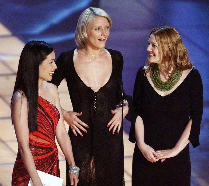 Bộ ba Thiên thần của Charlie Lucy Liu, Cameron Diaz và Drew Barrymore lên trao giải thưởng Thiết kế trao phục xuất sắc. Họ là ba cô gái làm mưa làm gió trên màn ảnh thời kỳ đó với loạt phim Charlies Angels.
