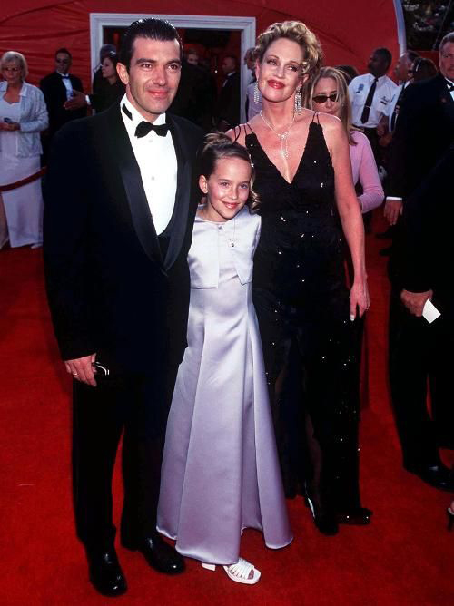 20 năm trước, Dakota Johnson (giữa) bẽn lẽn đến dự Oscar cùng mẹ - minh tinh Melanie Griffith và bố dượng - tài tử Antonio Banderas. Giờ đây Dakota đã trở thành một ngôi sao nổi tiếng với loạt phim 50 sắc thái.