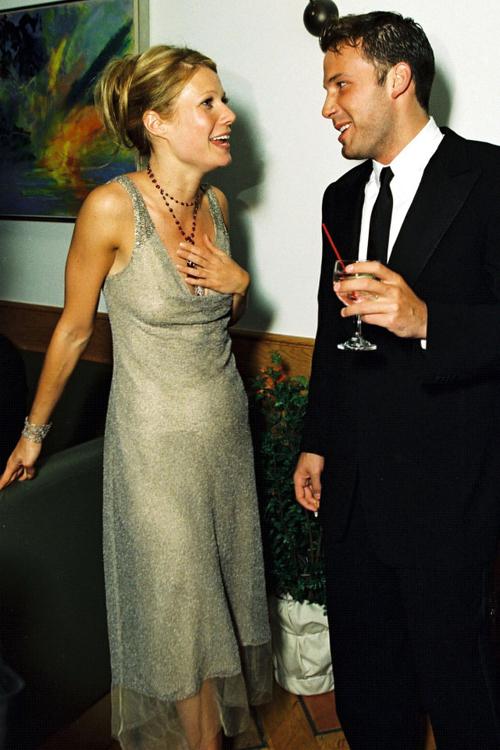 Cặp đôi Gwyneth Paltrow và Ben Affleck tâm tình riêng ở bữa tiệc. Cuối năm đó, hai người chia tay và Ben trải qua nhiều mối tình khác trước khi kết hôn với Jennifer Garner.
