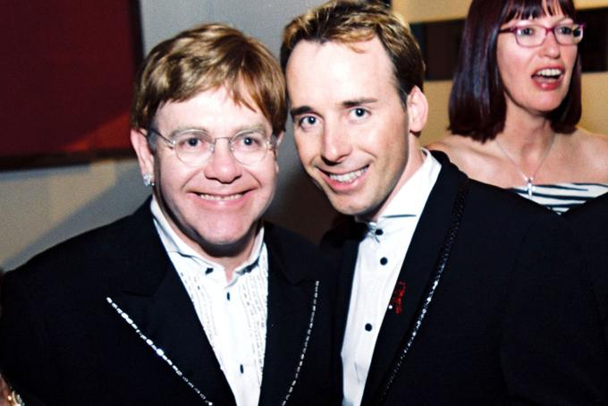 Danh ca Elton John và nhà làm phim David Furnish tình tứ bên nhau khi tình yêu đồng giới chưa được cởi mở vào thời điểm năm 2000. Cho đến nay, cặp đôi vẫn gắn bó mặn nồng và là cha của hai người con.