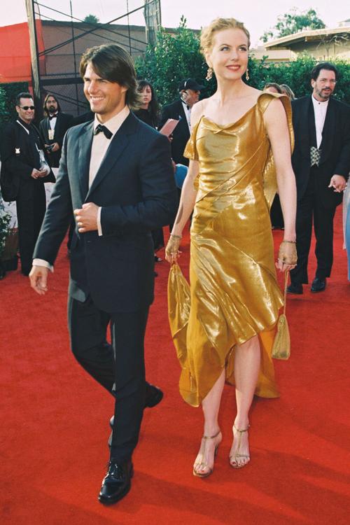 Tom Cruise đến thảm đỏ với vợ, nữ diễn viên Nicole Kidman. Cặp sao khi đó đã gắn bó 10 năm bên nhau và có hai người con nuôi. Chỉ một năm sau, Tom và Nicole tuyên bố ly hôn.