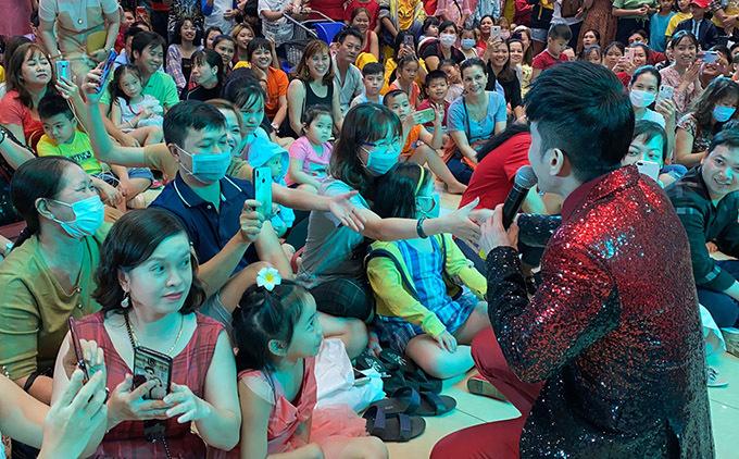 Nhiều khán giả đeo khẩu trang cổ vũ một buổi diễn của anh Botại TP HCM.