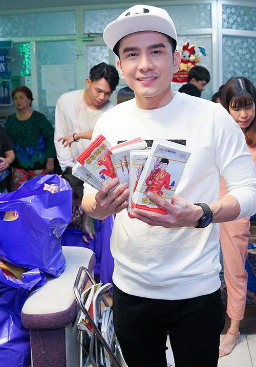 Đan Trường đã kịp tổ chức chuyến từ thiện trao quà cho bệnh nhân nghèo trước khi dịch corona lan rộng tại Việt Nam.