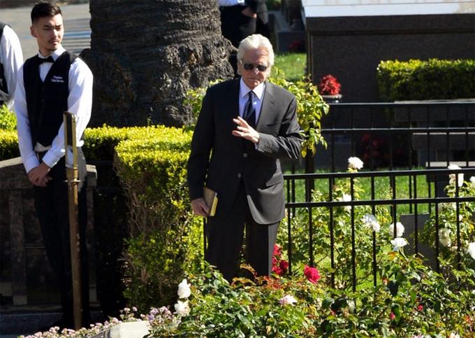Michael Douglas tới tiễn biệt bố tại nghĩa trang Tưởng niệm làng Westwood ở Los Angeles vào trưa thứ sáu.