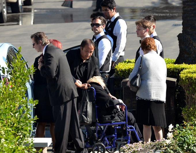 Bà Anne Buydens ngồi xe lăn tới tiễn đưa chồng. Bà là vợ thứ hai của ông Kirk Douglas.