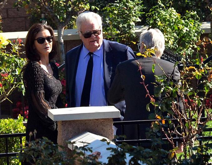 Nữ diễn viên Catherine Zeta-Jones đưa tang bố chồng. Cô yêu quý ông Kirk Douglas như bố đẻ, thường đưa ông tới thảm đỏ cùng. Đứng cạnh Catherine là người em chồng - nhà sản xuất phim Joe Douglas.
