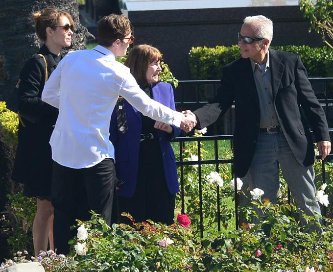 Cameron Douglas (mặc áo trắng) đến lễ tang ông nội. Anh là con trai cả của Michael Douglas với vợ cũ.