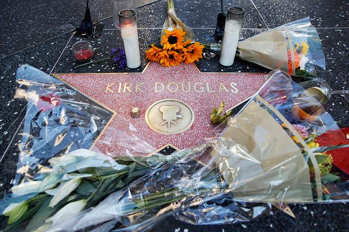 Nhiều người hâm mộ tới đặt hoa quanh ngôi sao gắn tên Kirk Douglas tại Đại lộ Danh vọng Hollywood. Ông đã 4 lần nhận đề cử Oscar và nhận giải Oscar danh dự vào năm 1996. Năm 1999, nam diễn viên gạo cội được Viện phim Mỹ vinh danh trong danh sách những huyền thoại điện ảnh vĩ đại nhất mọi thời đại ở vị trí thứ 17.