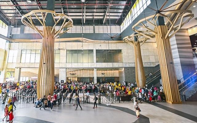 Sảnh trung tâm nhà ga bố trí 5 cây cột lớn cách điệu như 5 cây cổ thụ được che chở bởi Núi Mẹ, khiến du khách có cảm giác như đang bước vào một khu rừng. Ở một góc nhìn khác, 5 cây cột lại gợi nhắc hình tượng 5 bó lúa khổng lồ với màu vàng của những bông lúa trĩu hạt, tượng trưng cho một Tây Ninh trong mùa màng bội thu. Buổi tối, không gian của nhà ga trở nên lung linh hơn nhờ hệ thống đèn led bố trí dày đặc trong các tán lá và đèn chiếu ở phần gốc cây. Nội thất bên trong nhà ga Bà Đen cũng gây ấn tượng bởi cách sử dụng vật liệu có tông màu trầm ấm, họa tiết đơn giản với màu vân đá xám sáng đặc trưng của núi Bà Đen, vừa tạo cảm giác ấm cúng, vừa gần gũi như thể du khách đang được đứng trong lòng Núi Mẹ.