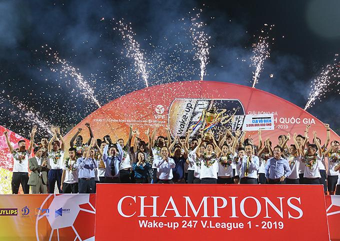 CLB Hà Nội nâng Cup vô địch V-League 2019. Ảnh: Đương Phạm.
