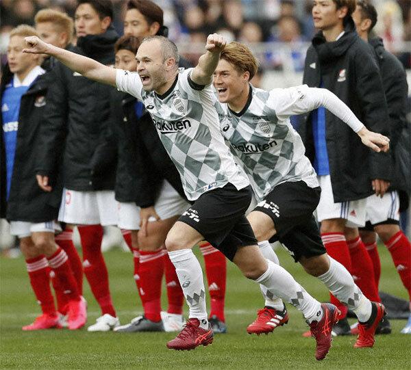Iniesta và đồng đội vui mừng sau khi