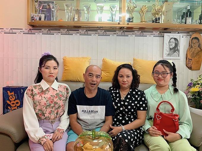 Phương Mỹ Chi làm biểu cảm hài hước khi chụp ảnh cùng gia đình.